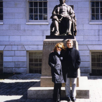 Harvard University. alberto Campo Baeza with E. Simarro in front of the John Harvard Statue. March 2002